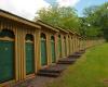 Die-markanten-gelb-grünen-Holzkabinen-im-Fischauer-Thermalbad©Wolfgang-Muhr