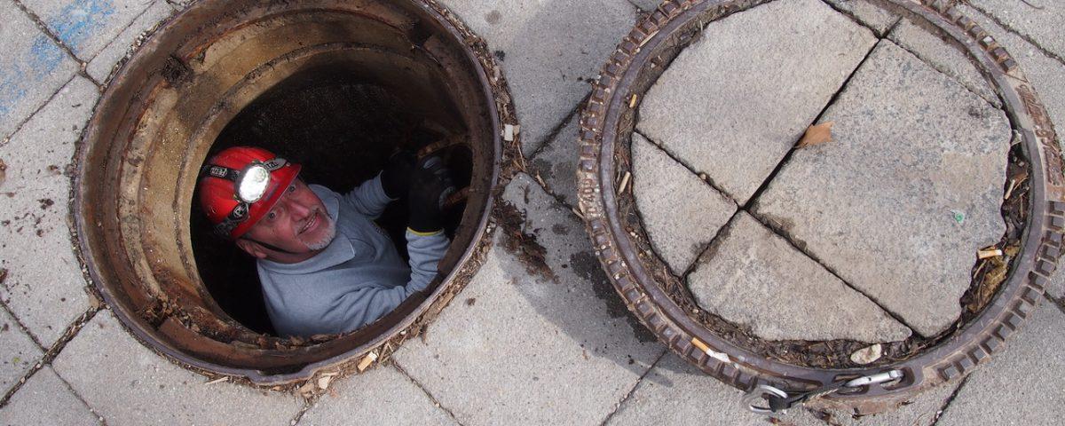 Höhlenretter Helmut Kütäubel steigt in das unterirdische Gewölbe unter Neunkirchen